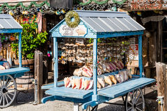 卖巧克力精炼机壳的摊位 免版税库存图片