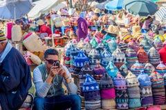卖帽子,马拉喀什的人 库存照片