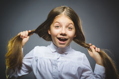 卖弄风情的女孩 在灰色隔绝的特写镜头画象英俊青少年微笑 免版税库存照片