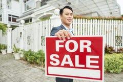 卖房子的地产商 免版税库存图片