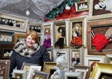 卖手工制造玩偶的妇女在圣诞节市场上在维尔纽斯 图库摄影