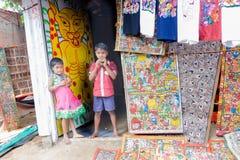 卖手工制造艺术品的印地安孩子 库存图片