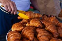 卖新月形面包在农夫市场上 免版税图库摄影