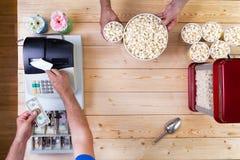 卖新近地做的碗玉米花的人 免版税图库摄影