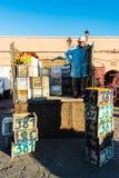 卖新鲜水果的人在地方市场上 库存照片