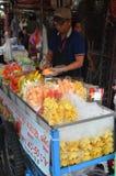 卖新鲜的地方果子的未知的卖主 图库摄影