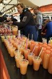 卖新鲜的橙汁在市场上 免版税库存图片