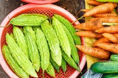 卖新鲜的苦瓜属charantia的亚洲街市在越南 免版税库存图片