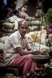 卖新鲜蔬菜和果子的供营商 免版税库存图片