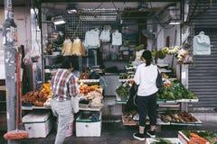 卖新鲜蔬菜和果子的妇女 库存图片