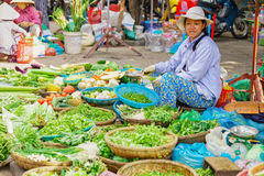 卖新鲜蔬菜和绿色水果类的亚裔贸易商 免版税库存照片