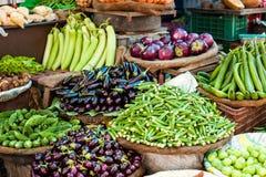 卖新鲜蔬菜的亚裔农夫的市场 免版税图库摄影