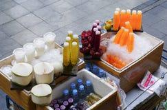卖新鲜水果和汁液的摊贩 图库摄影
