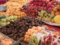 卖新鲜水果品种的商店 免版税库存图片