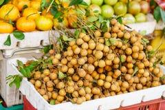 卖新鲜水果的亚洲农夫市场在越南 库存图片