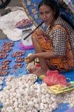 卖新鲜水果菜和fisch市场印度尼西亚的妇女 免版税库存图片