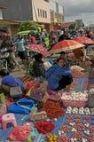 卖新鲜水果菜弗洛勒斯的妇女 免版税库存照片