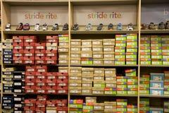 孩子体育鞋店 库存照片