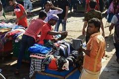 卖服装的街边小贩在一条街道附近在孟加拉国 库存图片