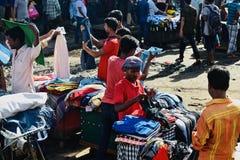 卖服装的街边小贩在一条街道附近在孟加拉国 免版税库存照片