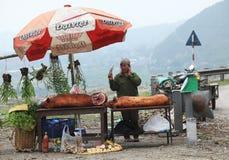 卖未加工的猪肉的越南妇女在一个摊位在跳蚤市场上 库存照片
