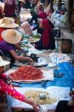 卖材料的妇女在一个市场上在缅甸 库存照片