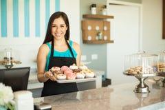 卖杯形蛋糕的华美的妇女 库存图片