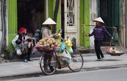 卖果子和街道食物的越南供营商 库存照片