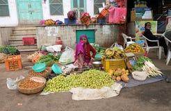 卖果子和veg的妇女在一个街市上在普斯赫卡尔,印度 库存照片