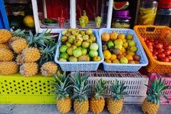 卖果子在一个地方市场上 免版税库存图片