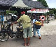 卖果子的人们在婆罗浮屠,印度尼西亚 免版税库存图片