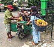 卖果子的人们在婆罗浮屠,印度尼西亚 免版税库存照片