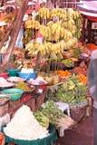 卖果子的妇女在市场上在Pyin在缅甸的U Lwin 免版税库存图片