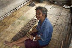 卖果子的妇女在浮动市场曼谷上 免版税库存照片