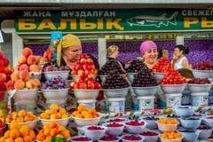 卖果子的妇女在绿色义卖市场,阿尔玛蒂 库存照片