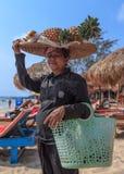 卖果子的未认出的妇女在海岸线 库存照片