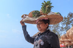 卖果子的未认出的妇女在海岸线 免版税库存图片