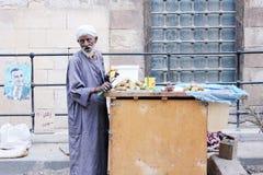 卖果子的老贫困者 免版税库存图片
