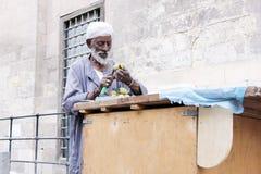 卖果子的老贫困者 免版税库存照片