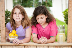 卖柠檬水的两个女孩 免版税库存照片