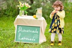 卖柠檬水的小孩女孩 免版税库存照片