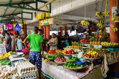卖水果和蔬菜在一个地方市场上 库存照片