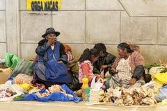 卖水果和蔬菜的未认出的土产当地盖丘亚族人的市场贸易商在地方Tarabuco星期天市场,玻利维亚上 免版税图库摄影