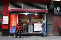 卖沿路旁的摊贩地方食物在上海 库存图片