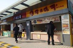 卖沿路旁的摊贩地方食物在上海 免版税图库摄影