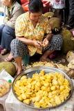 卖波罗蜜的高棉妇女在传统食物市场 库存图片