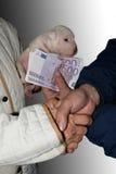 卖狗 买小狗 狗的购买 免版税图库摄影