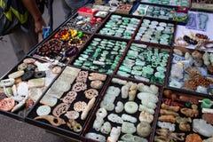 卖玉形象和封印的街道货摊在香港 免版税库存图片