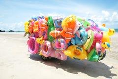 卖玩具的人乘驾流动商店对海滩的孩子在东泰国 库存照片