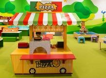 卖玩具薄饼的小男孩在比萨店在孩子Playg 免版税库存图片